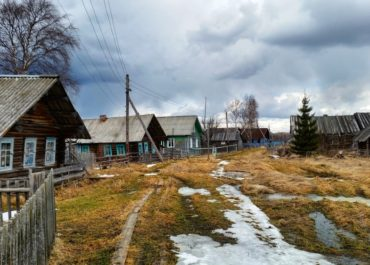 Суд обязал жителей Омской области платить за мусор, даже если его приходится бросать на землю